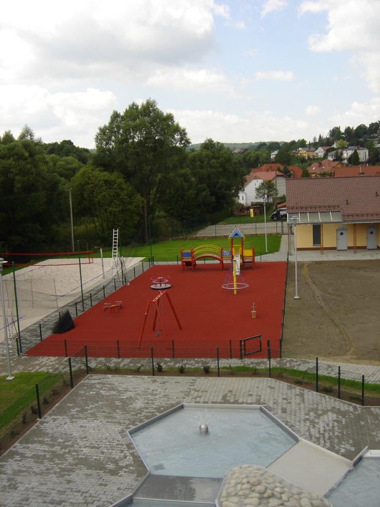 Игровая площадка рядом с бассейном