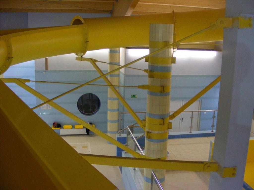 Опорная конструкция водной горки внутри аквапарка