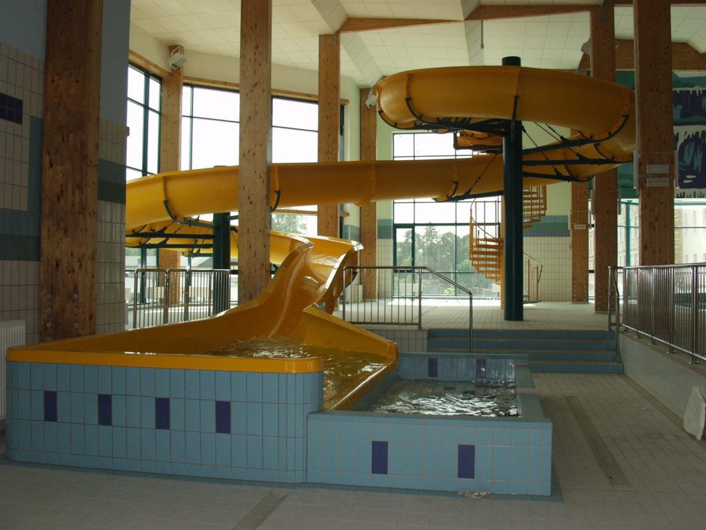 Водная горка в здании бассейна