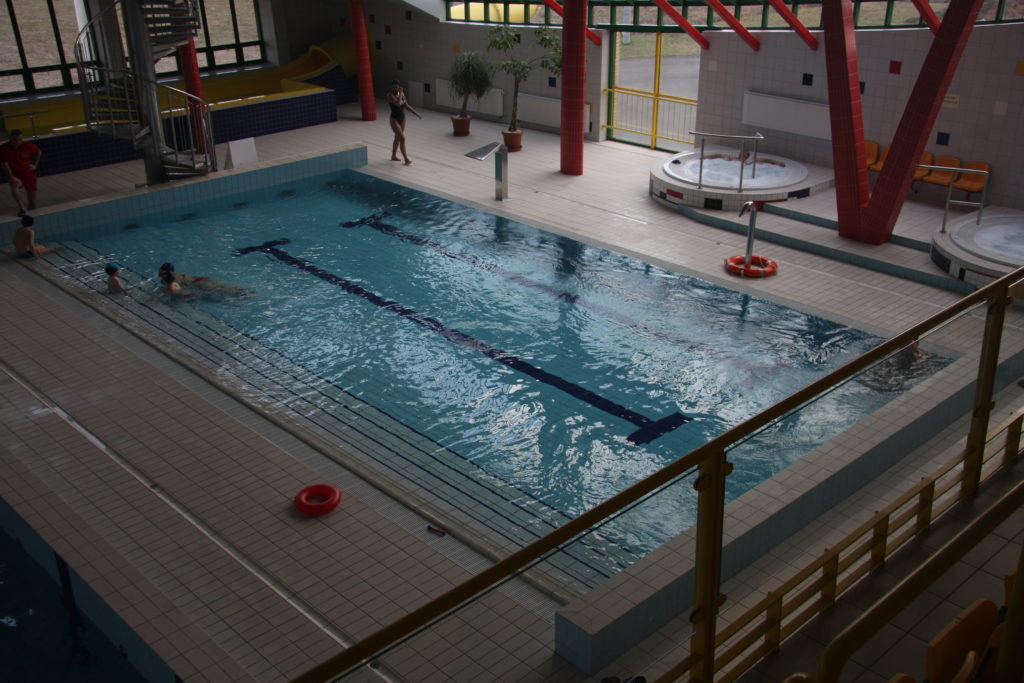 Большой бассейн в аквапарке