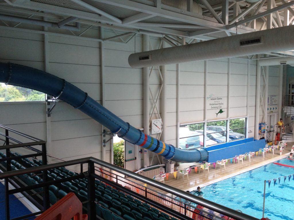 Водная горка внутри аквапарка