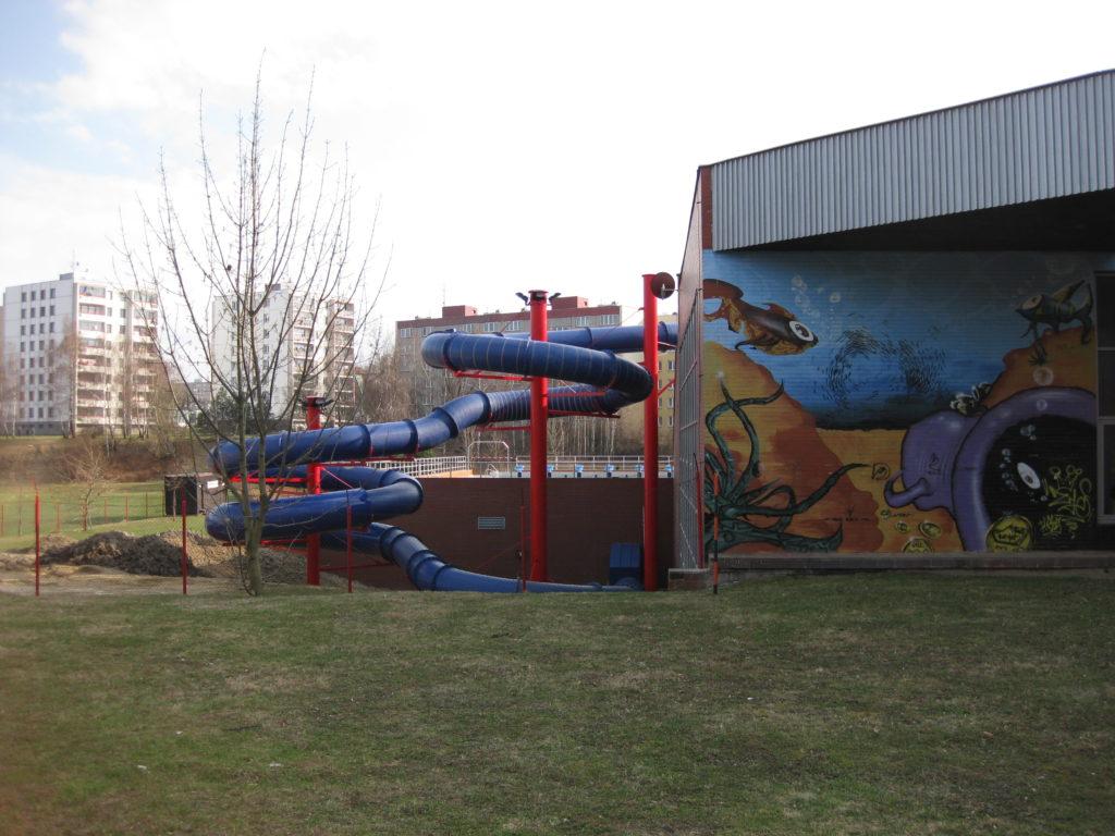 Одна из стен аквапарка раскрашена граффити