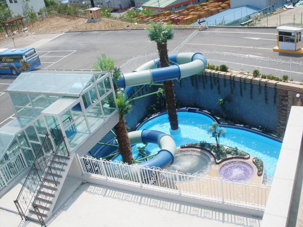 Полу открытый аквапарк