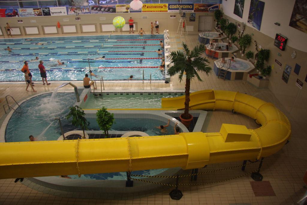 Горка со спуском в бассейн