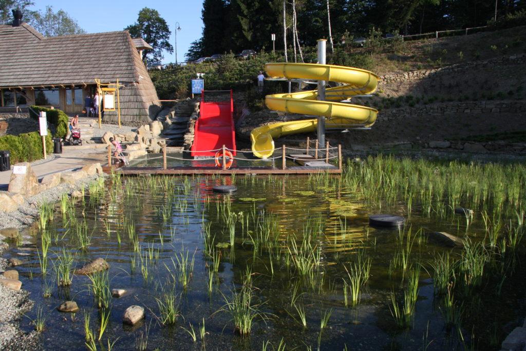 Широкая семейная горка и открытая водная горка