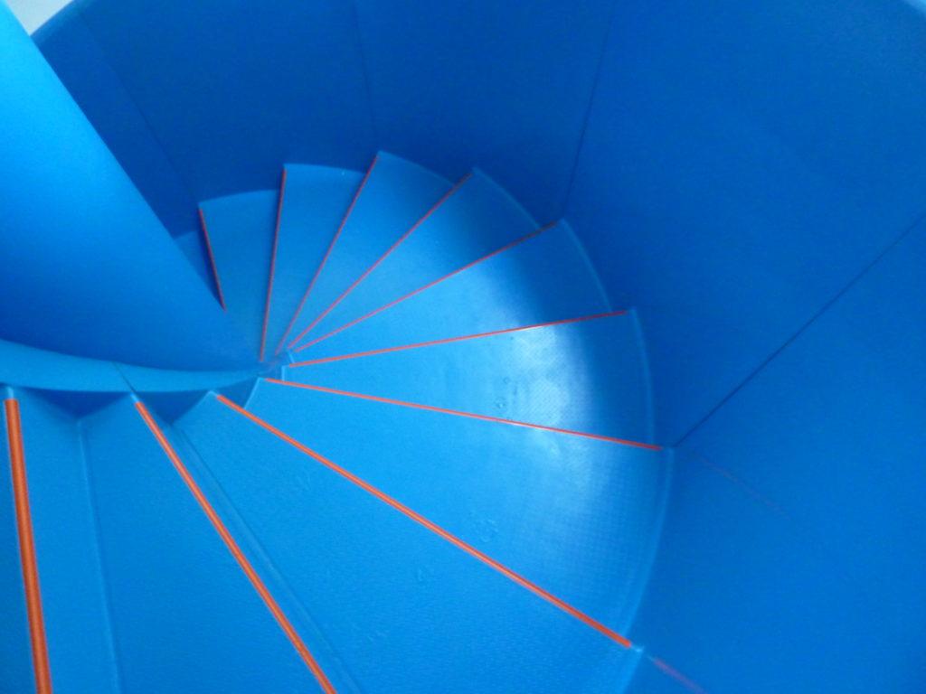 Все элементы лестницы выполнены из стеклопластика