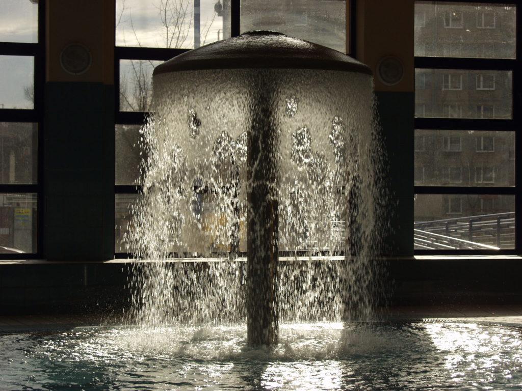 Поток воды из фонтана