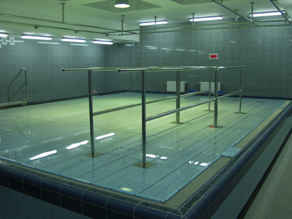 Поднятое водное дно у бассейна