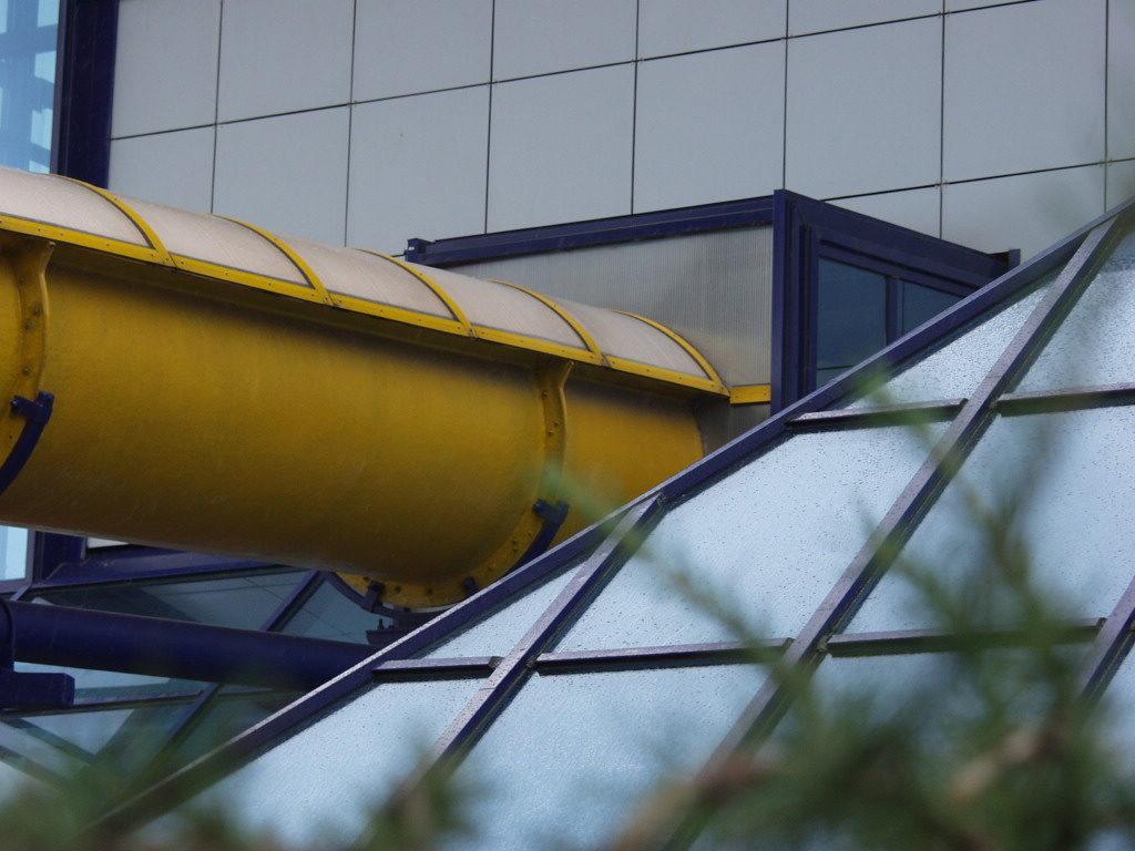 Водная горка прозрачной крышей