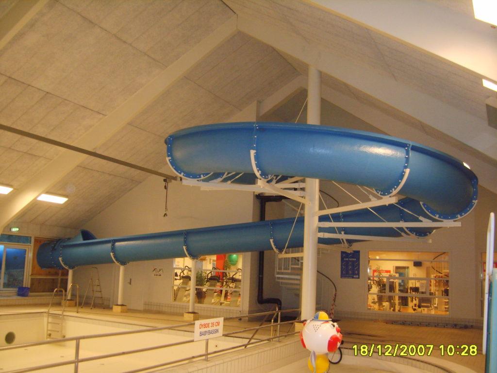 Водная горка под крышей аквапарка