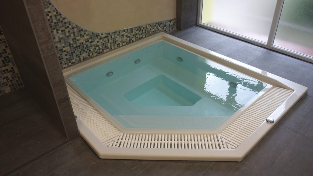 Переливной бассейн с подсветкой