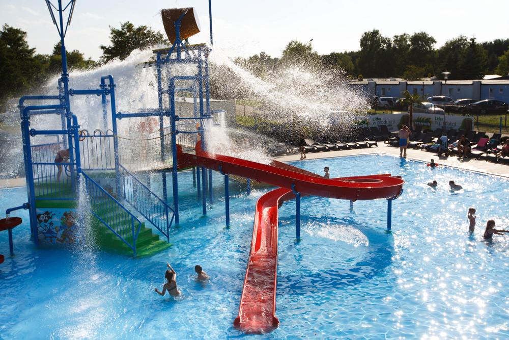 Глубина бассейна вокруг игровой площадки 30-40 см.