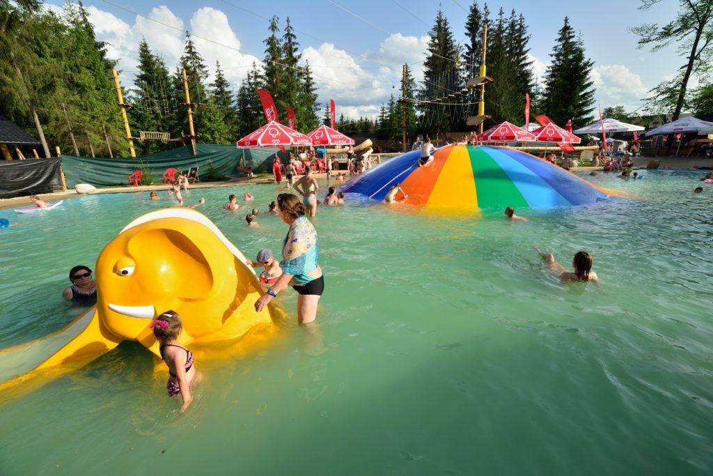 Бассейн с игрушками летом